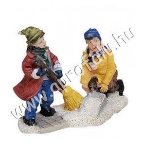 Gyerekek havat sepernek