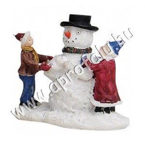 Hóembert építő gyerekek