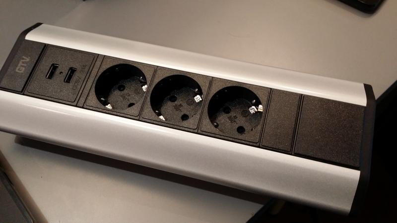 Asztali elosztó, sarokba illeszthető 3x2P+F 2X USB aljzat