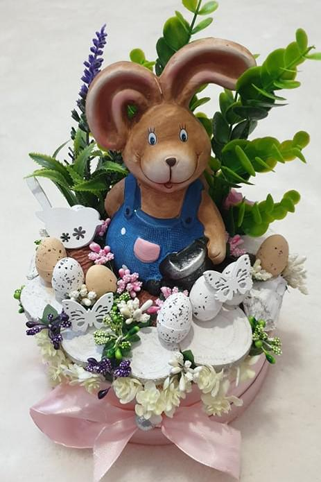 Asztaldísz kertész nyuszis kalapdobozban