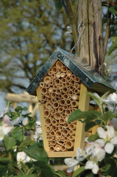 Méhecske ház felakasztható cink tetővel