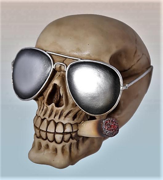 koponya persely napszemüvegben cigivel