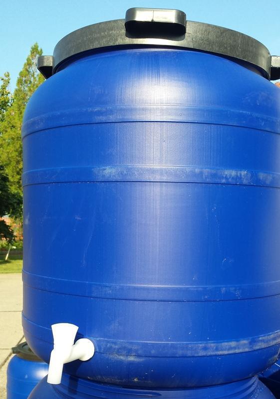 Műanyag hordó 150 l-es ballon csappal 42 cm-es csavaros szájnyílással.