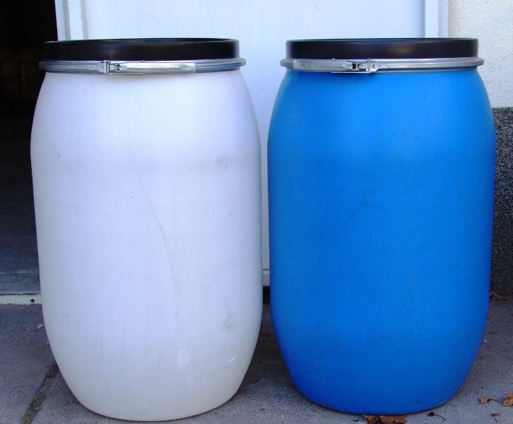 Műanyag hordó 150 l-es. bilincses tetővel kék szín