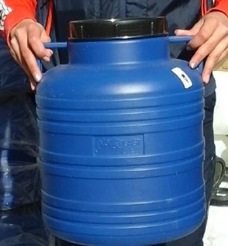 Műanyag hordó 40 l-es füles ballon kék szin.