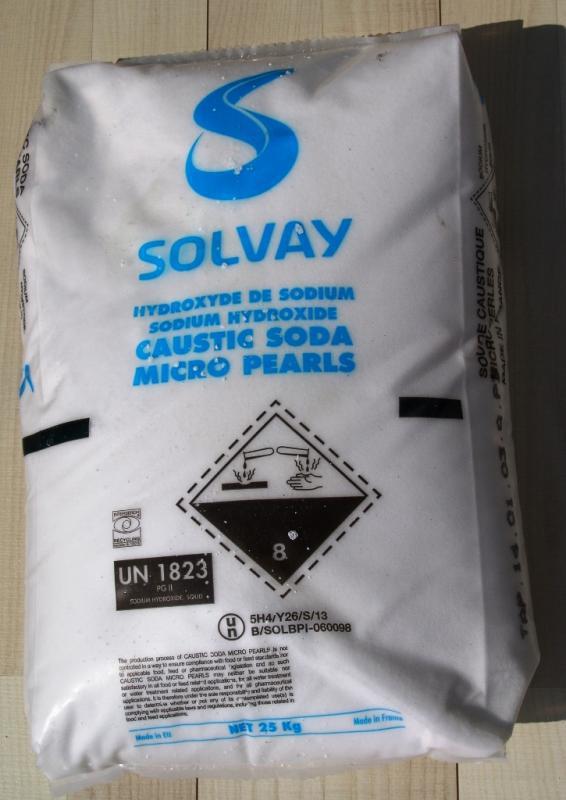 Nátrium-hidroxid 1 kg apró gyöngyös Solvay NaOH  /Lúgkő/