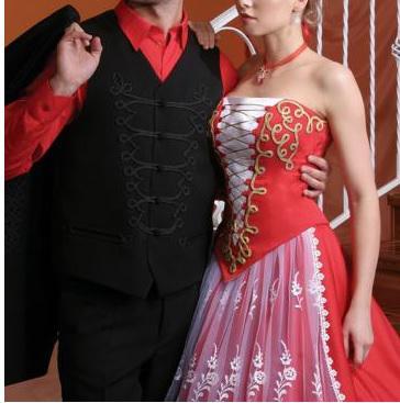 Bocskai öltöny fmellé  piros ruha