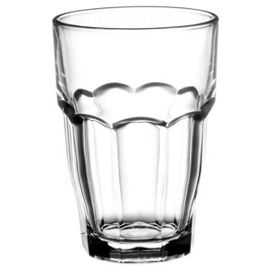 Üdítős és vizes poharak