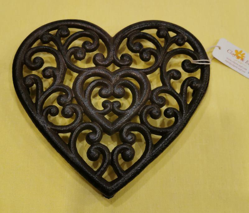 CLEEF.6Y0379 Öntöttvas edényalátét, szív forma, 21x20 cm, barna