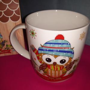 Karácsonyi baglyos porcelán bögre ablakos-házikós díszdobozban, 38 cl,  243084