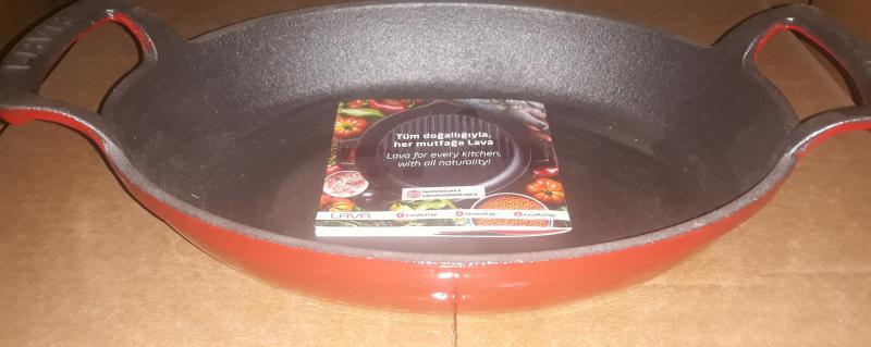 Lava piros öntöttvas ovál sütőtál két füllel, 23X17 cm, 290060