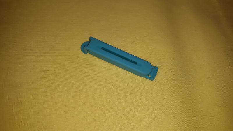 Tasak lezáró csipesz, műa., közepes (7 cm), kék, P016