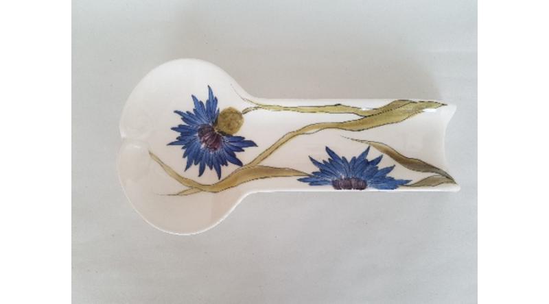 Vanilia Kerámia 11-11 Búzavirágos lapos fakanáltartó,25x12,5x3 cm,kerámia,kézzel festett, V.K.11-11-01