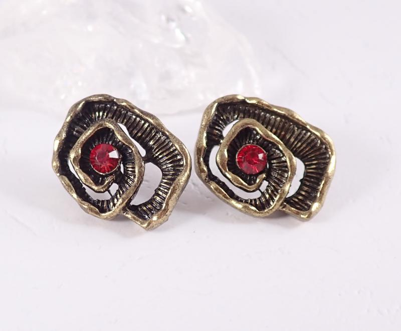 Csigavonalú bronz fülbevaló, piros