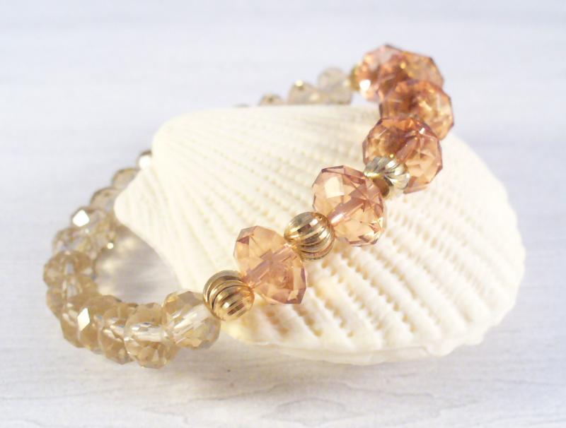 Csiszolt gyöngyök arany elemekkel