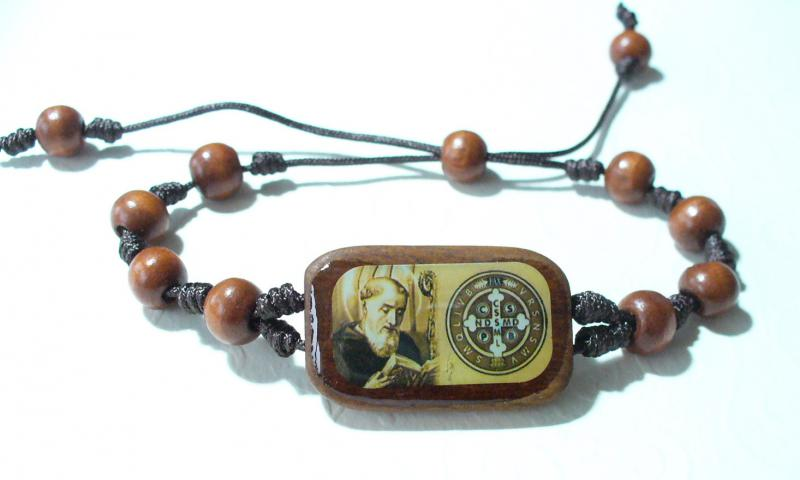 Csomózott karkötő Szent Benedek képpel
