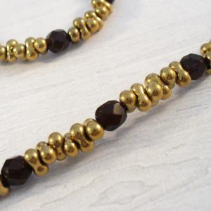 Arany és bordó gyöngyökből