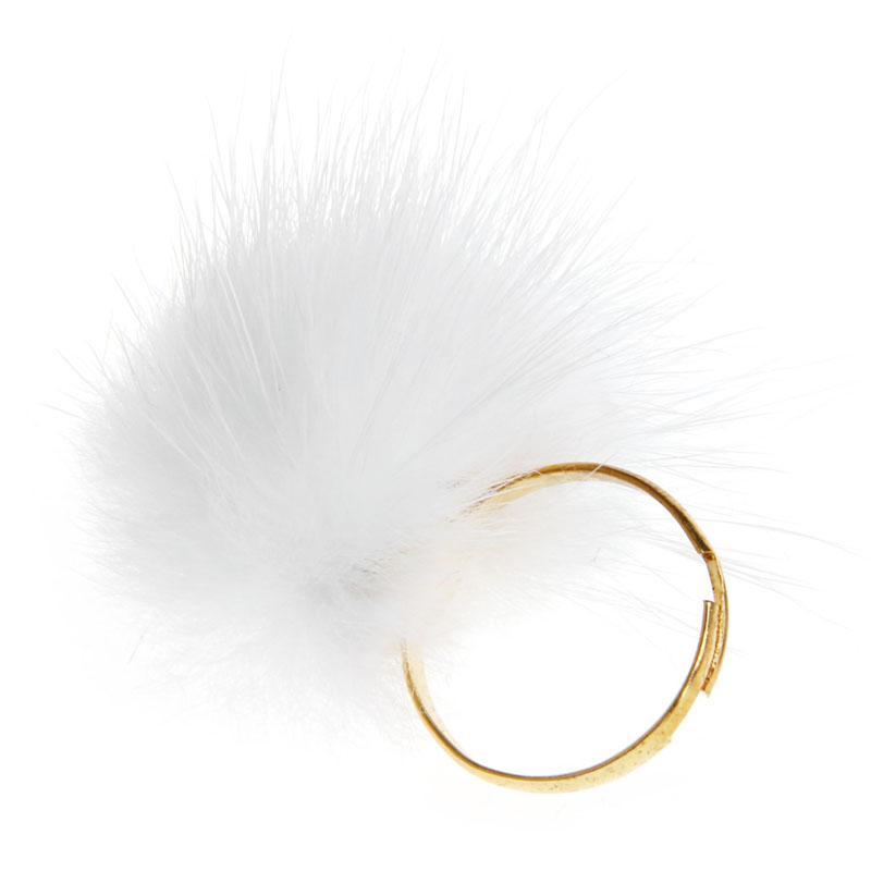 Fehér, bolyhos gyűrű
