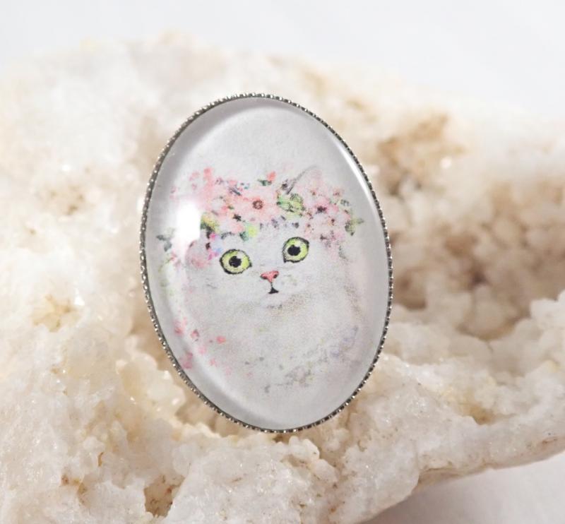 Fehér cica virágokkal