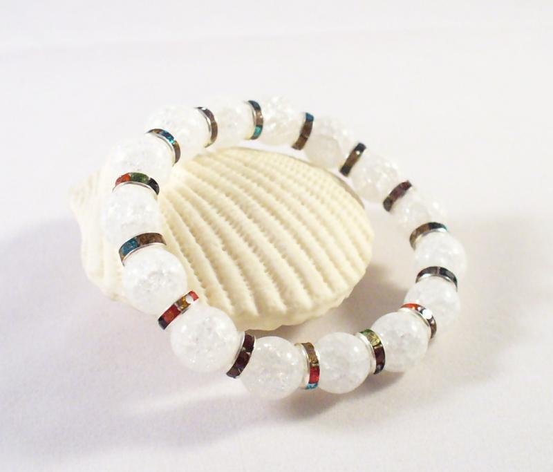 Fehér roppantott gyöngyök strasszokkal