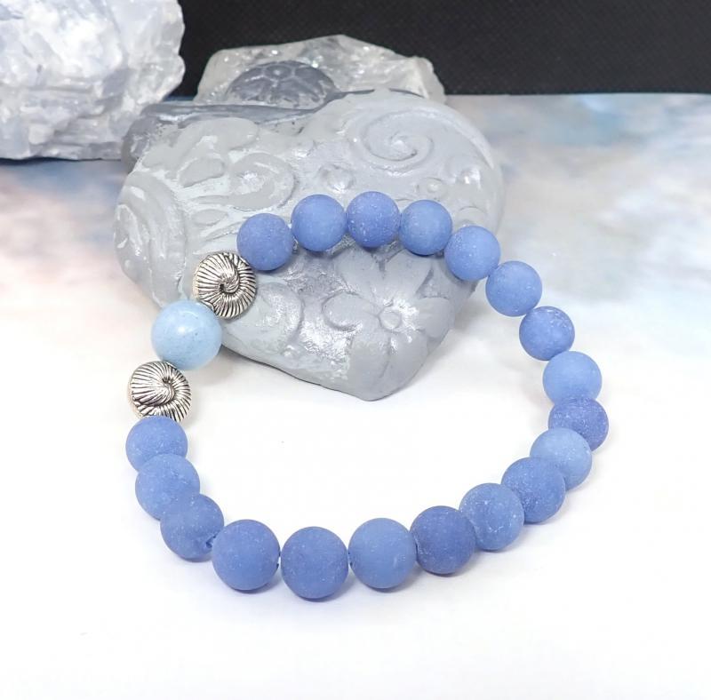 Kék achát karkötő kagyló formájú gyöngyökkel