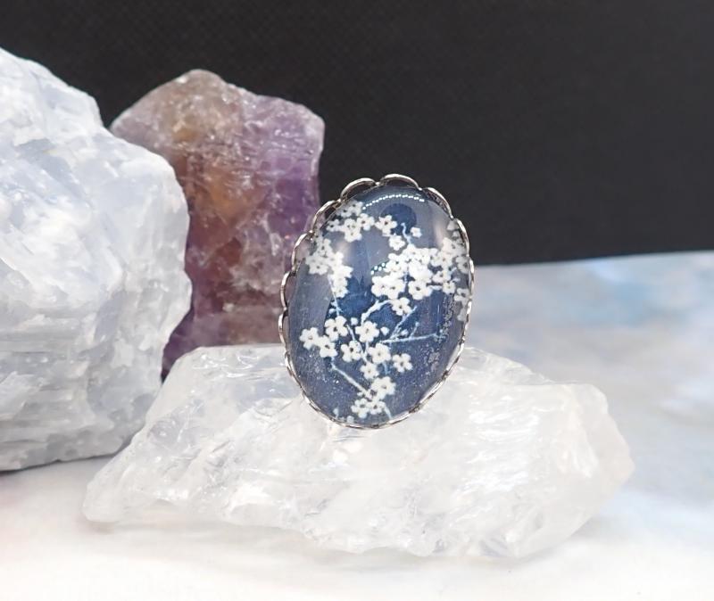Kék-fehér virágos gyűrű