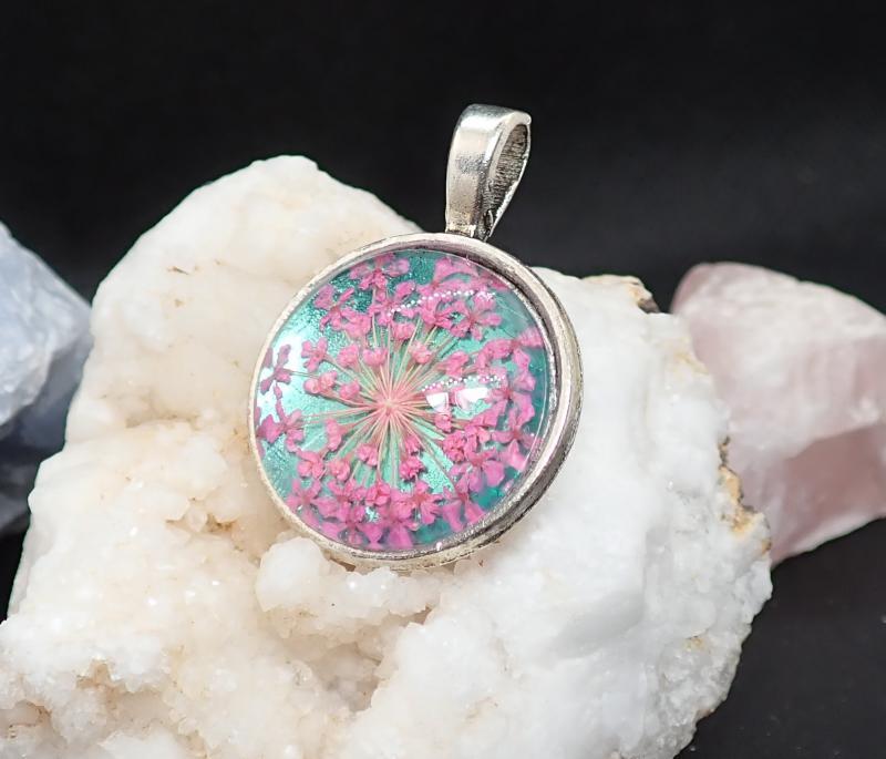 Kék-pink virágos medál