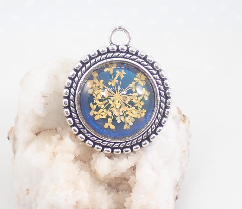 Kék-sárga virágos medál
