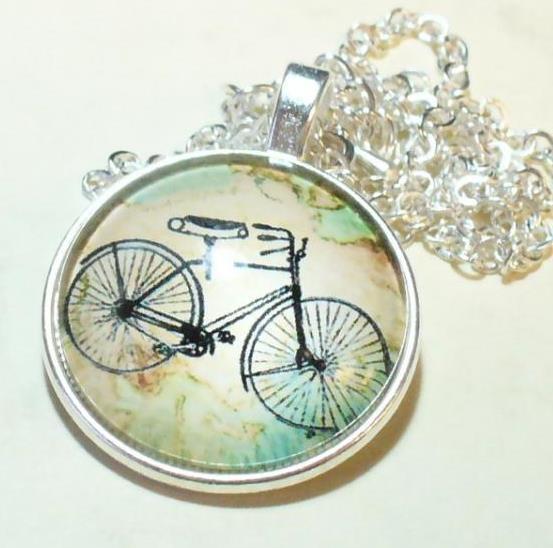 Kerékpár zöldes hátérrel, medál