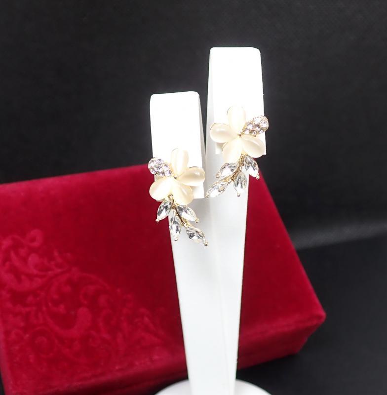Kicsi arany-bézs virág fülbevaló bársony dobozban