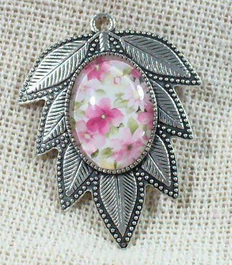 Levél alakú medál, rózsaszín virágos