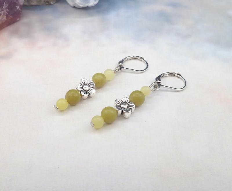 Olív és sárga jáde fülbevaló kis virággal