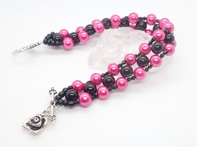 Pink-fekete, fűzött karkötő
