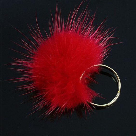Piros, bolyhos gyűrű
