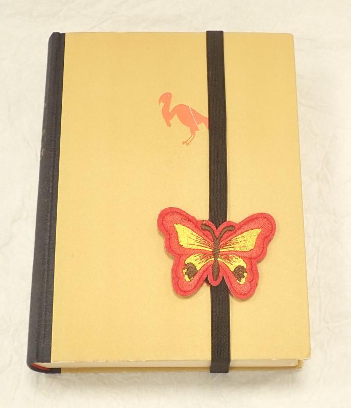 Piros, pillangós, gumis könyvjelző