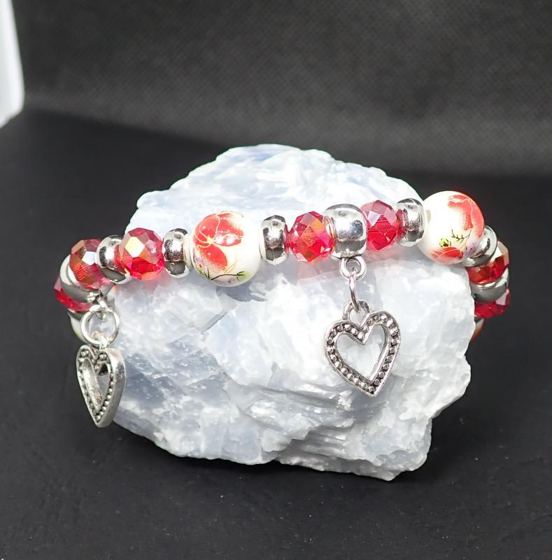 Porcelán és csiszolt gyöngy karkötő, piros, szívecskés