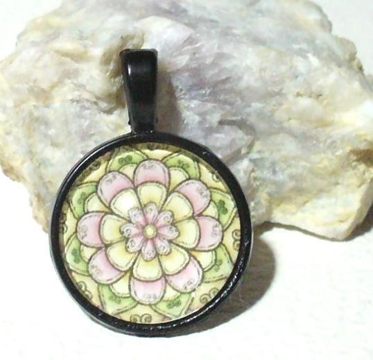Rózsaszín mandala medál fekete keretben