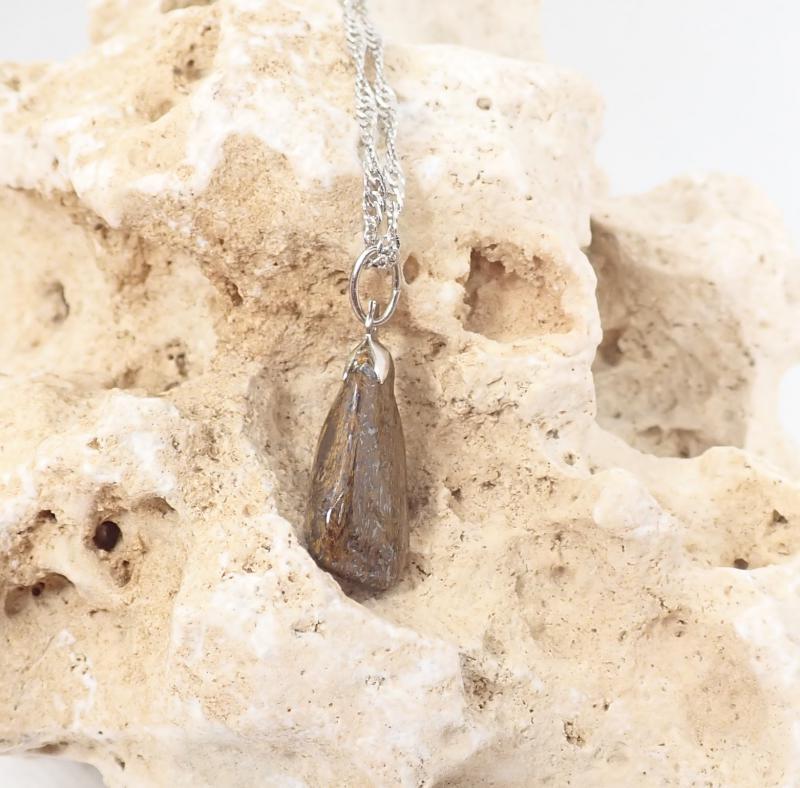 Szabálytalan formájú bronzit medál nyaklánccal
