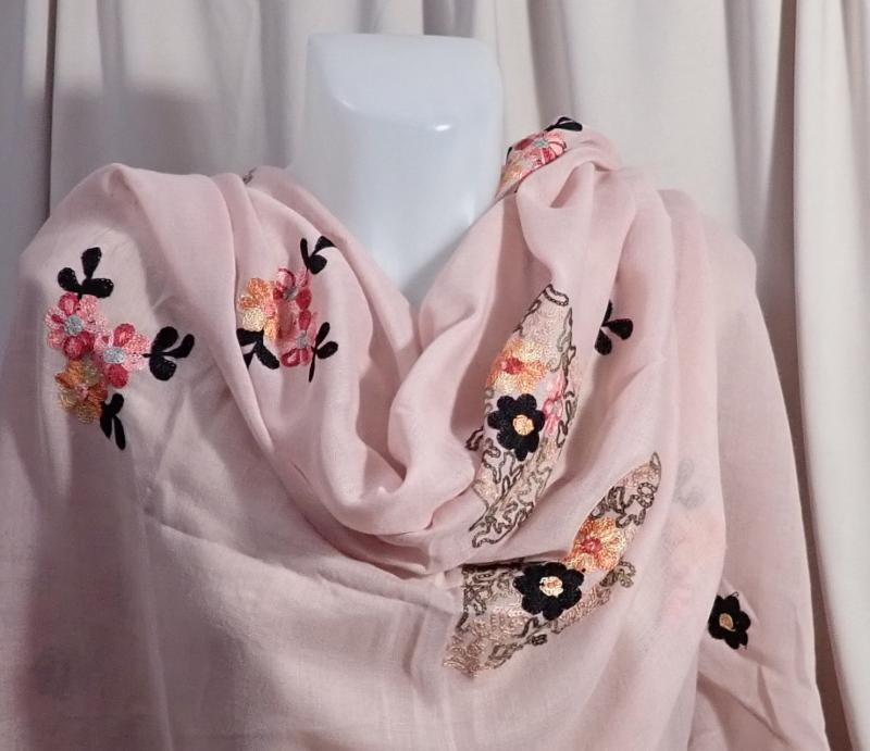 Virágmintás, hímzett sál rózsaszín