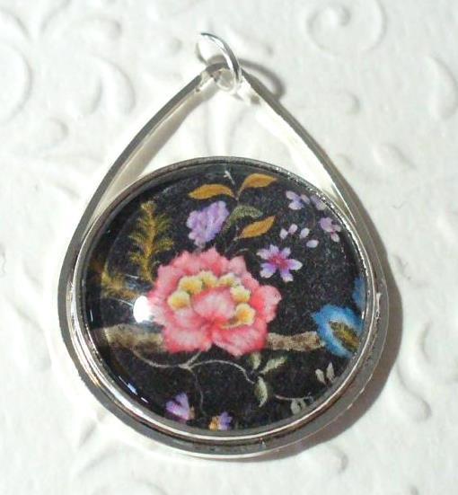 Virágmintás medál, fekete alapon
