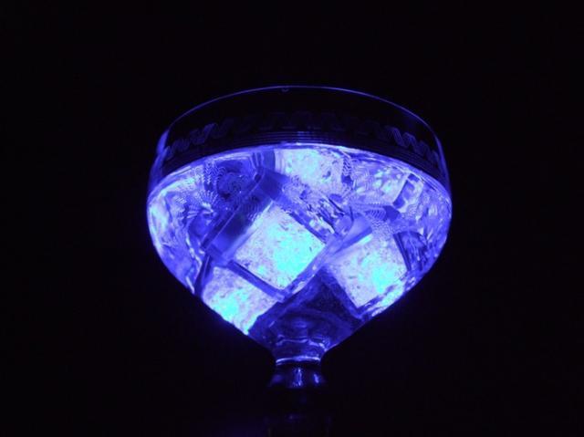 Világító jégkocka kék színben - 8 db