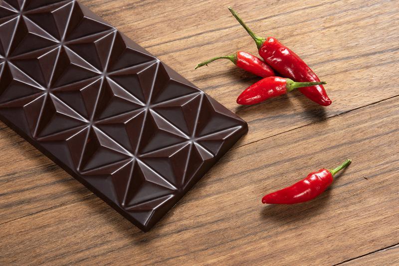 80%-os étcsokoládé csípős paprikával