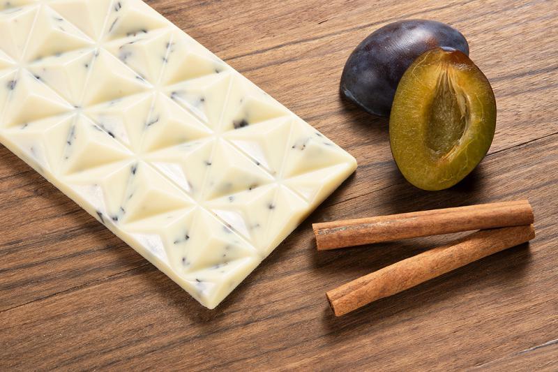 fehér csokoládé fahéjjal és aszalt szilvával