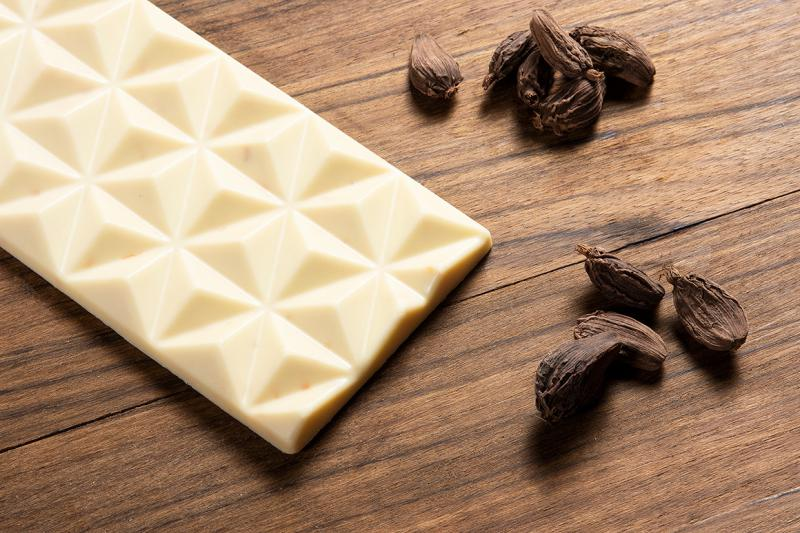 fehér csokoládé kardámommal fűszerezve