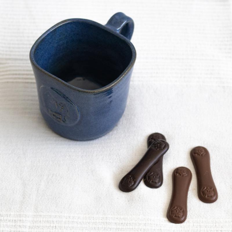 KockaCsoki bögre kézműves macskanyelv csokoládéval