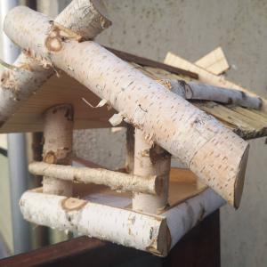 Madáretető fenyőből és nyírből nádszövet tetővel - 1009