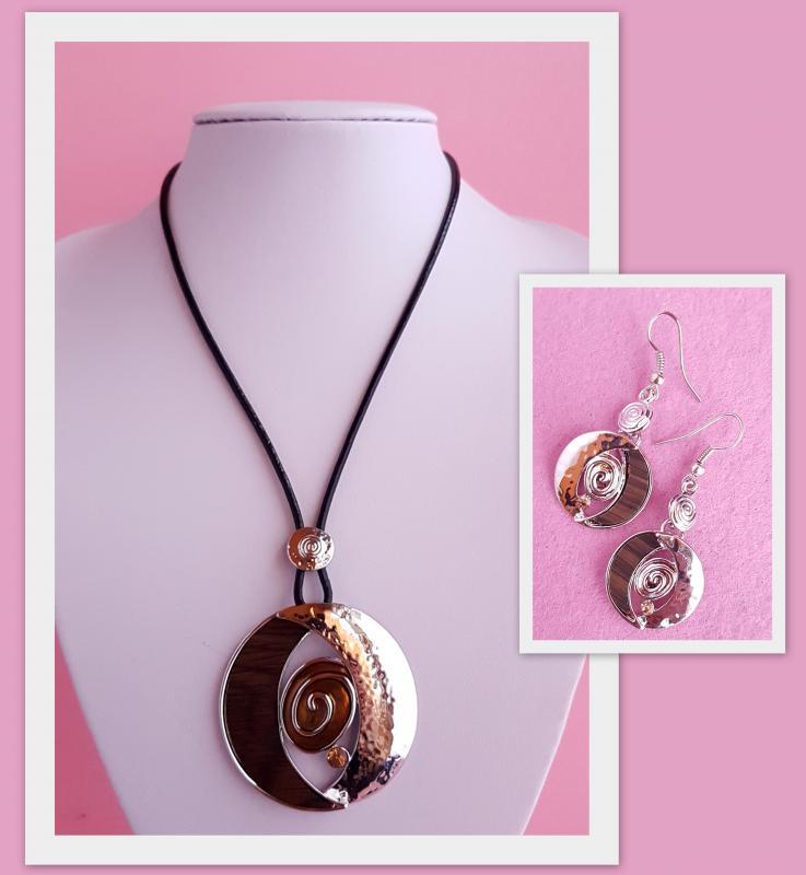 kör alakú, fém medállal díszített nyaklánc + fülbevaló szett