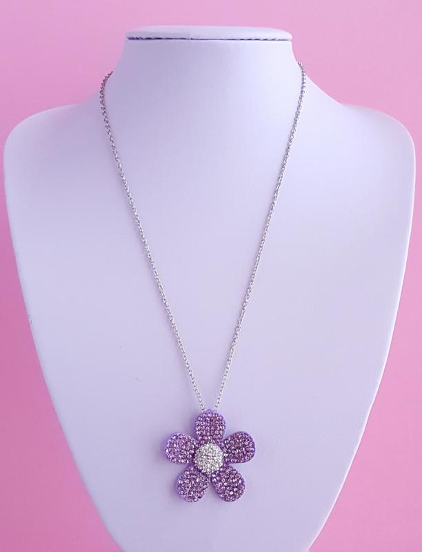 lila, ezüst strasszköves medállal díszített nyaklánc
