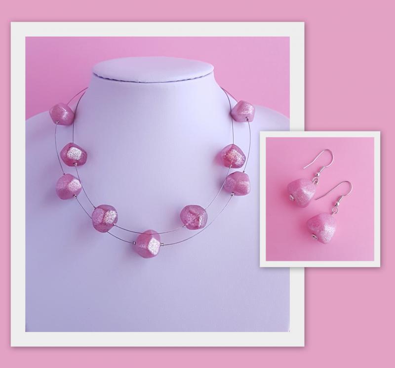 műanyag elemekkel díszített nyaklánc + fülbevaló szett