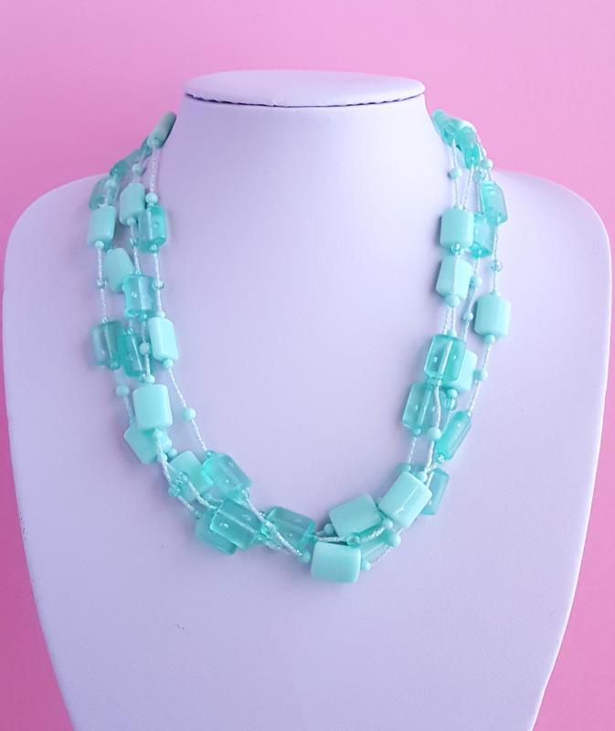 műanyag elemekkel díszített nyaklánc /zöld/